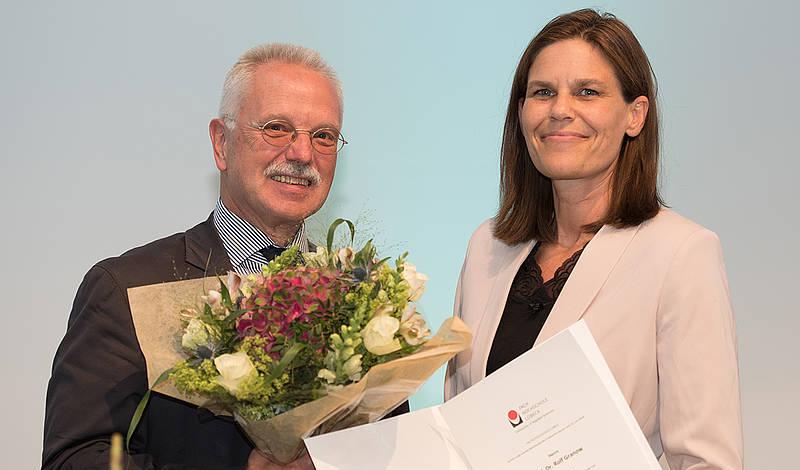 Am Abend des 14. Juni 2018 erhielt Prof. Dr. Rolf Granow die Ehrenbürgerschaftsurkunde der FH Lübeck aus den Händen von FH-Präsidentin Dr. Muriel Helbig. Foto: ILD