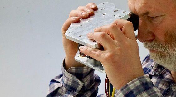 Home-Care-Gerät für die Kontrolle einer altersbedingten Makuladegeneration (auf dem Bild: Mitarbeiter Dr. Fred Reinholz; Fotos: BMO)