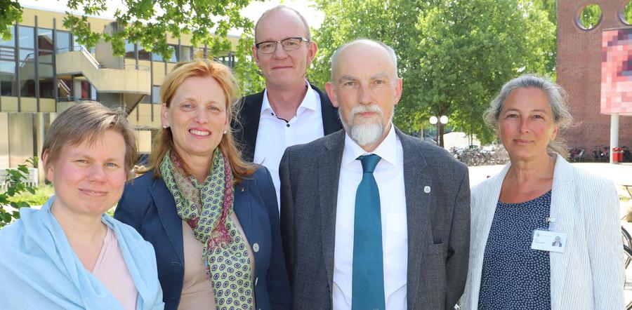 Prof. Katrin Balzer, Ministerin Karin Prien, Prof. Sascha Köpke, Prof. Enno Hartmann und Prof. Christiane Schwarz (v.l.n.r.; Foto: Elena Vogt / Uni Lübeck)