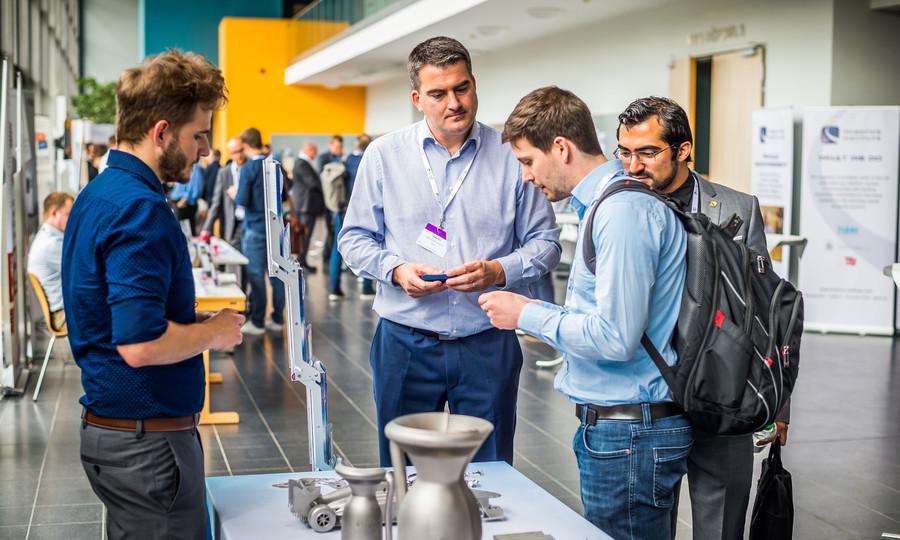 Interessierte informieren sich im Audimax über Objekte für die Technik und Medizin aus dem Metalldrucker (Foto: Olaf Malzahn / Uni Lübeck)
