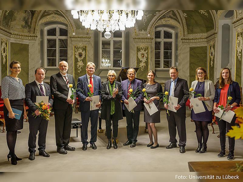 Die Organisation (v.l.n.r.): Juliana Wiechert (Laudatio), Prof. Dr. Thorsten Buzug (Preisträger, Medizinische Ingenieurwissenschaft), Dr. Jan-Hinrich Wrage (Medizinische Informatik), Prof. Dr. Heinz Handels (Medizinische Informatik), Prof. Dr. Gabriele Gillessen-Kaesbach (Präsidentin der Universität zu Lübeck), Prof. Dr. Stephan Klein (Biomedical Engineering, TH Lübeck), Dr. Ksenija Gräfe (Medizinische Ingenieurwissenschaft), Prof. Dr. Alfred Mertins (Hörakustik und Audiologische Technik), Christina Debbeler (Medizinische Ingenieurwissenschaft), Martina Böhme (Hörakustik und Audiologische Technik), nicht auf dem Foto: Silke Venker (Biomedical Engineering, TH Lübeck). Foto: Universität zu Lübeck