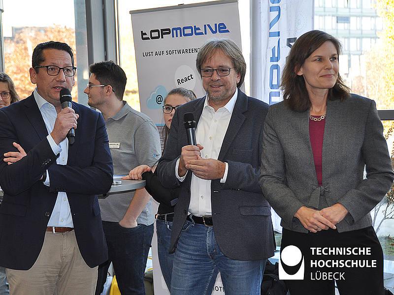 IHK-Geschäftsführer Lars Schöning (links), Uni-Vizepräsident Prof. Stefan Fischer und THL-Präsidentin Dr. Muriel Helbig bei der Eröffnung des neunten Karrieretags im Foyer des Audimax. Foto: TH Lübeck