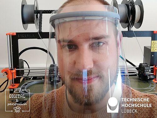 """Laboringenieur Felix Harden mit einem eigengefertigten """"Face Shield"""". Foto: F. Harden"""