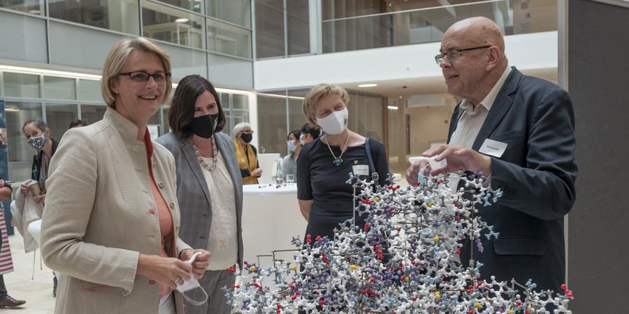 Prof. Rolf Hilgenfeld erläutert die Strukturforschung zum SARS-CoV-2 und das antivirale Wirkstoffdesign (Fotos: Tim Jelonnek / Universität zu Lübeck)